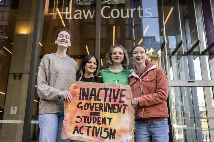 Laura Kirwin, Izzy Raj-Seppings, Ava Princi och Liv Heaton utanför domstolen i Sydney.