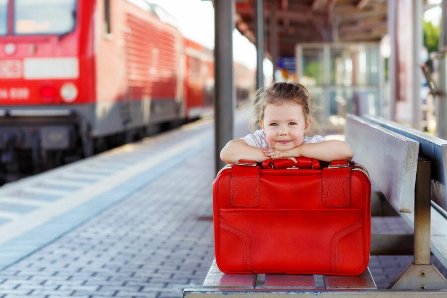 Ett litet barn väntar på tåget.