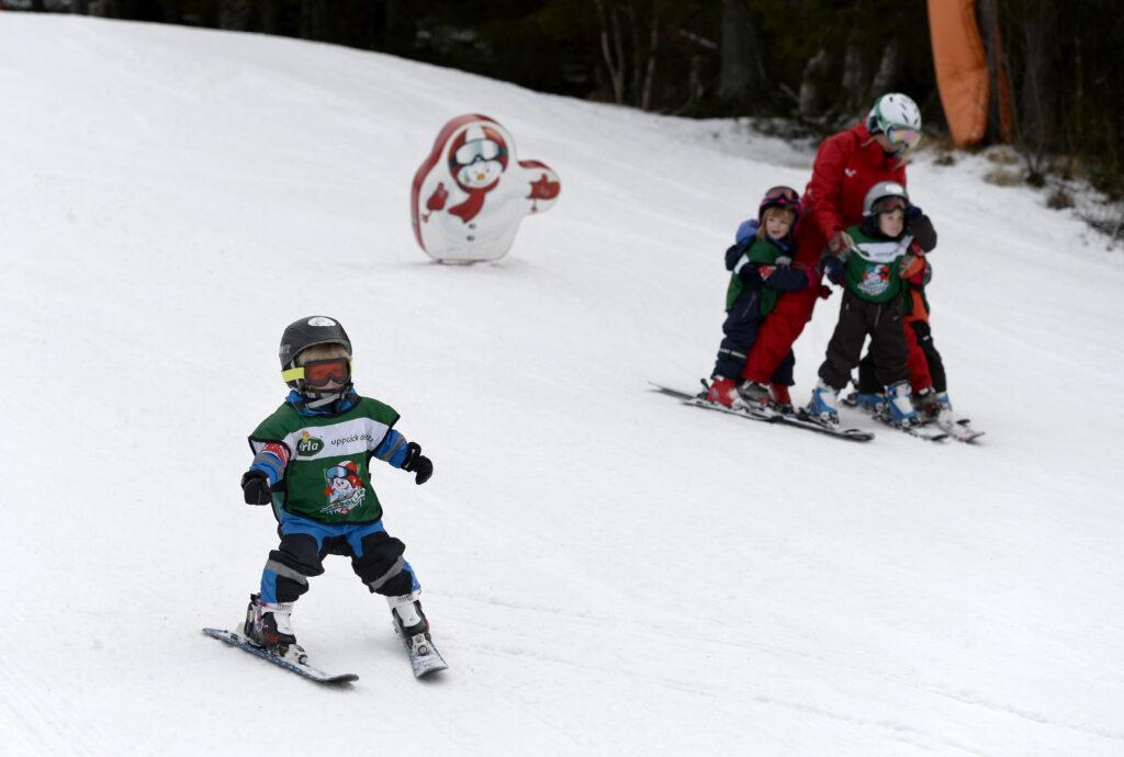 Småbarn i en slalombacke i Åre.